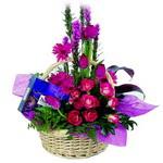 çikolata ve sepette çiçek   Kastamonu çiçek gönderme sitemiz güvenlidir