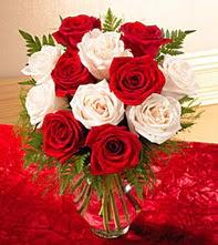 Kastamonu uluslararası çiçek gönderme  5 adet kirmizi 5 adet beyaz gül cam vazoda