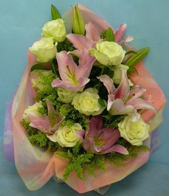 11 adet gül ve 2 adet kazablanka buketi  Kastamonu internetten çiçek satışı