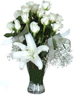 cam içerisinde 11 beyaz gül ve 1 kazablanka  Kastamonu çiçek siparişi sitesi