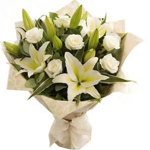 Kastamonu anneler günü çiçek yolla  3 dal kazablanka ve 7 adet beyaz gül buketi