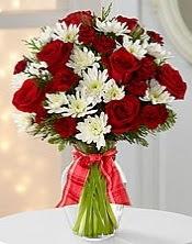 12 adet kırımız gül ve beyaz mevsim çiçekleri