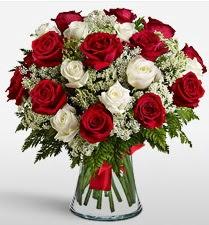 Vazoda 12 kırmızı 12 beyaz gül tanzimi  Kastamonu uluslararası çiçek gönderme