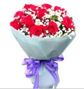 12 adet kırmızı gül ve beyaz kır çiçekleri  Kastamonu çiçekçi mağazası