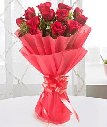 12 adet kırmızı gülden modern buket  Kastamonu çiçek yolla
